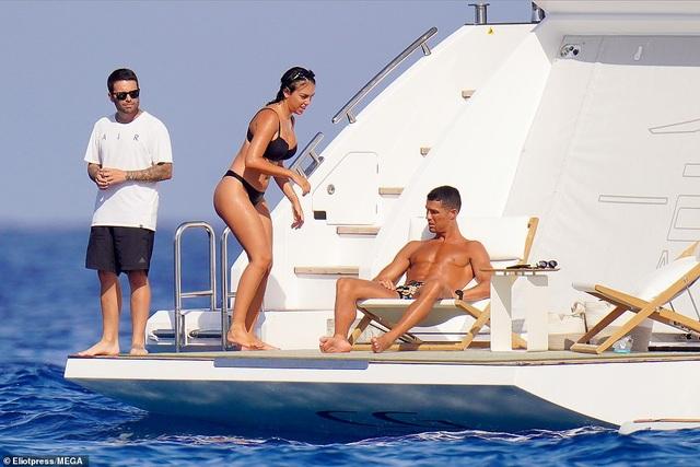 Bạn gái Ronaldo bốc lửa trên du thuyền - 7