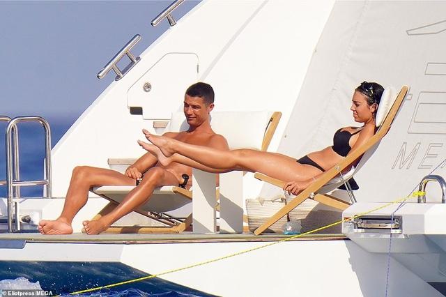 Bạn gái Ronaldo bốc lửa trên du thuyền - 5