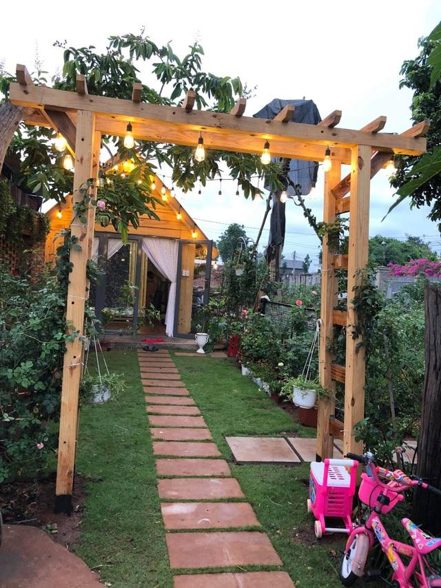 Ông bố ở Vũng Tàu làm nhà gỗ, trồng cả vườn hồng quý tặng con gái - 5