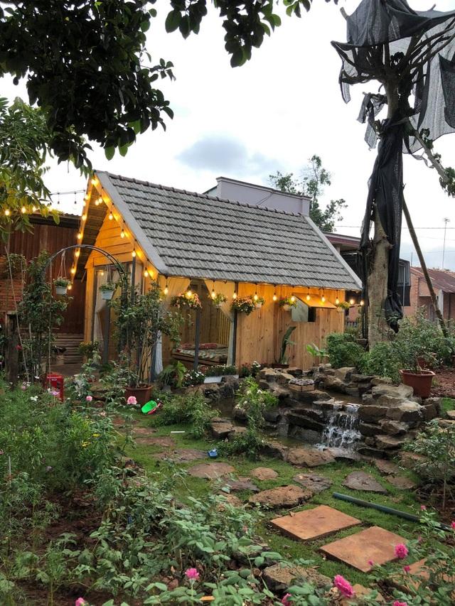 Ông bố ở Vũng Tàu làm nhà gỗ, trồng cả vườn hồng quý tặng con gái - 3