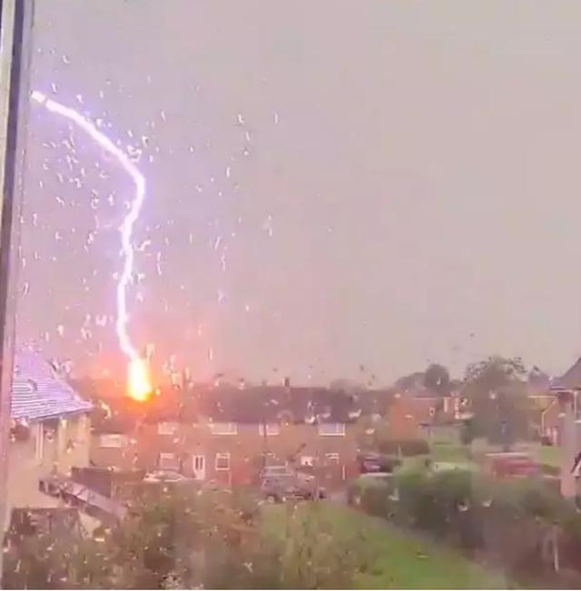 Kinh hoàng khoảnh khắc sét đánh vào ngôi nhà giữa trời giông bão - 2