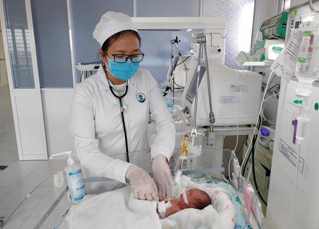 Cần Thơ: Cứu sống bé sinh non nặng 800 gram bị thủng tạng - 1