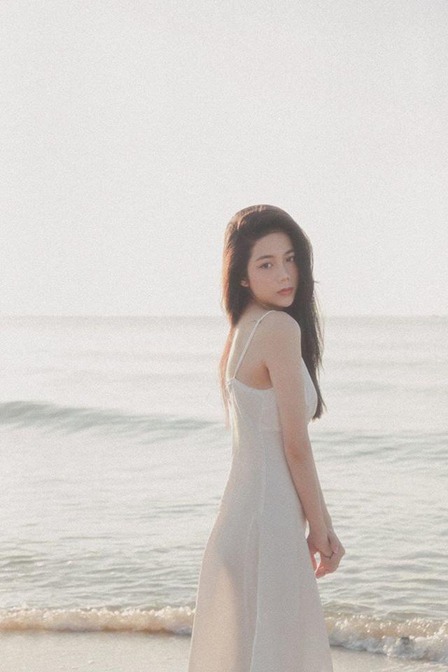 Nữ sinh Sài Gòn với loạt ảnh gợi cảm bên biển - 2