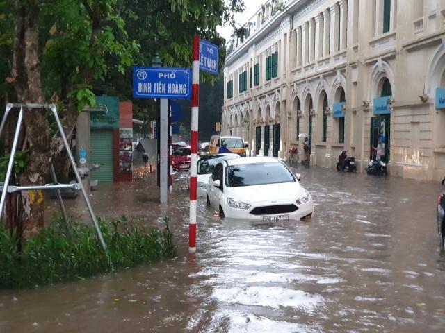 """Hà Nội mưa như trút, ô tô """"bơi"""" trong nước ở nhiều tuyến phố - 1"""
