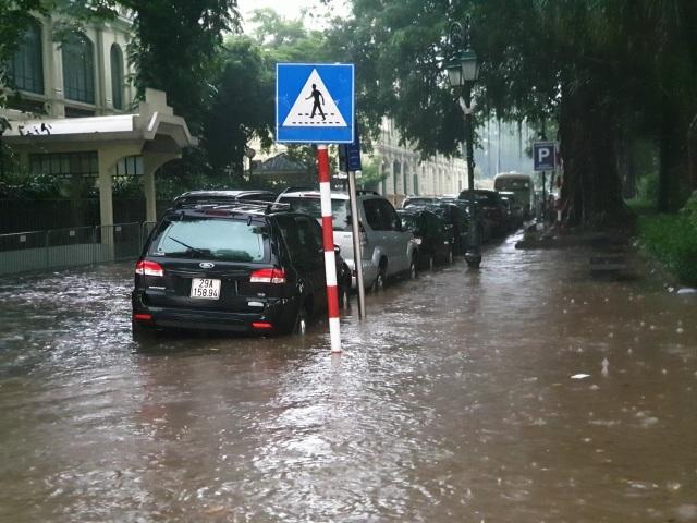 """Hà Nội mưa như trút, ô tô """"bơi"""" trong nước ở nhiều tuyến phố - 5"""
