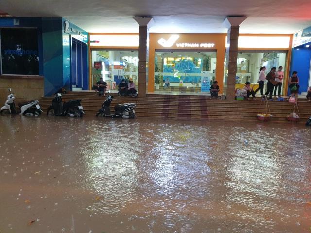 """Hà Nội mưa như trút, ô tô """"bơi"""" trong nước ở nhiều tuyến phố - 3"""