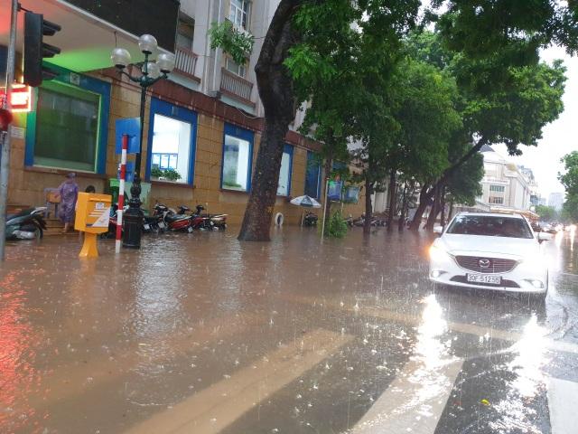 """Hà Nội mưa như trút, ô tô """"bơi"""" trong nước ở nhiều tuyến phố - 4"""