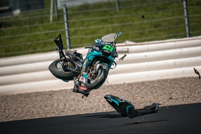 Tai nạn kinh hoàng trong chặng MotoGP tại Áo, hai chiếc xe đua biến dạng - 2