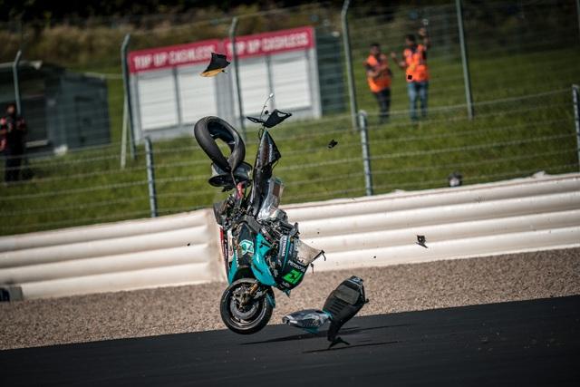 Tai nạn kinh hoàng trong chặng MotoGP tại Áo, hai chiếc xe đua biến dạng - 3