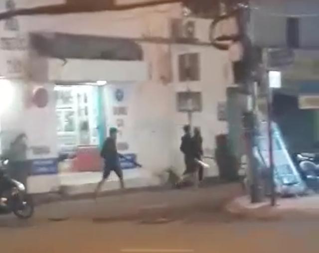 Hàng chục thanh niên cầm mã tấu la hét trên đường - 1