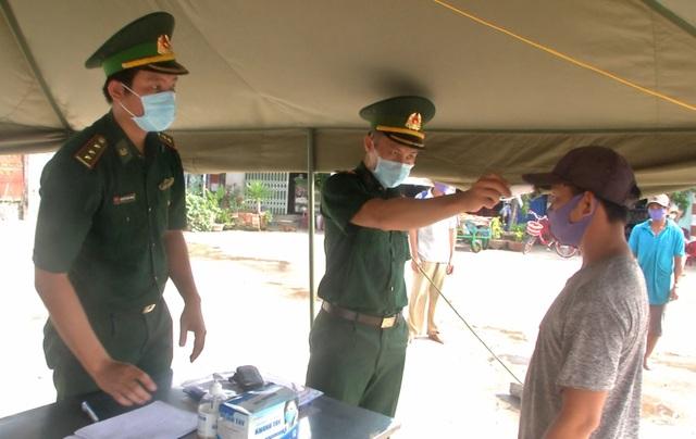 Lính quân hàm xanh hoãn cưới bám chốt chống dịch - 3