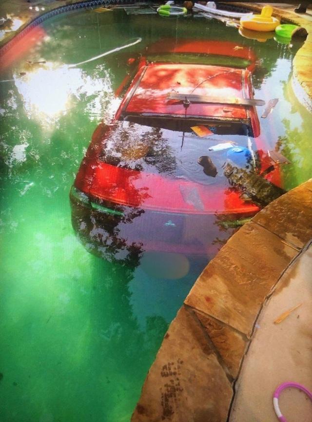 Say xỉn, tài xế lái xe ô tô lao xuống bể bơi - 3
