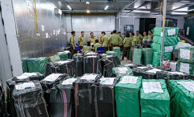 """Mỗi container được 10% """"hàng khó"""", dân buôn giành giật đẩy về qua biên giới - 2"""
