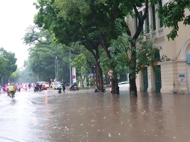 """Hà Nội mưa như trút, ô tô """"bơi"""" trong nước ở nhiều tuyến phố - 2"""