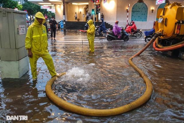 Phố Hà Nội ngập sâu trong nước, đường về nhà xa quá xa... - 2