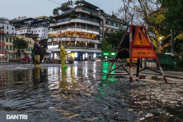 Phố Hà Nội ngập sâu trong nước, đường về nhà xa quá xa... - 1