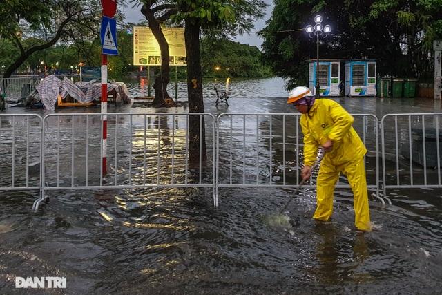 Phố Hà Nội ngập sâu trong nước, đường về nhà xa quá xa... - 3