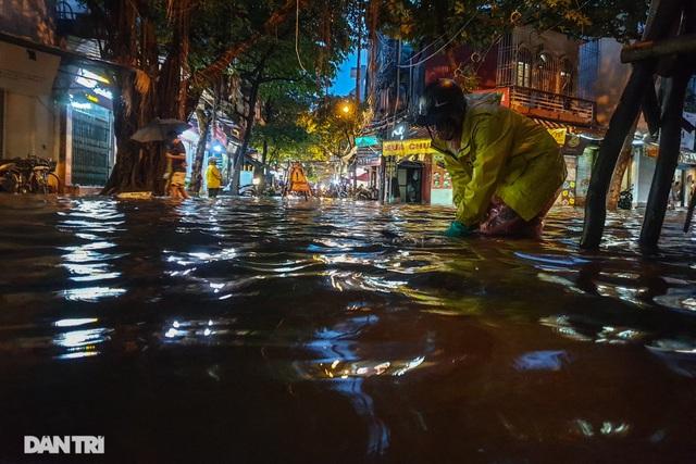 Phố Hà Nội ngập sâu trong nước, đường về nhà xa quá xa... - 4