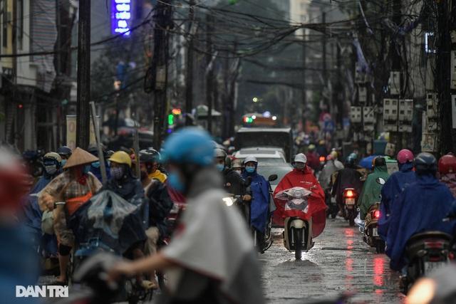 Phố Hà Nội ngập sâu trong nước, đường về nhà xa quá xa... - 11