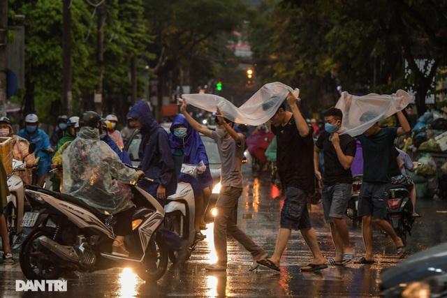 Phố Hà Nội ngập sâu trong nước, đường về nhà xa quá xa... - 10