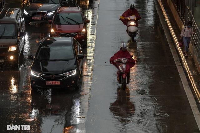 Phố Hà Nội ngập sâu trong nước, đường về nhà xa quá xa... - 8