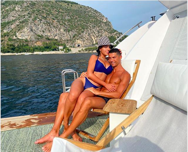 Trổ tài bơi lặn, C.Ronaldo tự phong mình làm... thần biển - 3