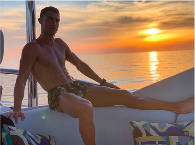 Trổ tài bơi lặn, C.Ronaldo tự phong mình làm... thần biển - 4