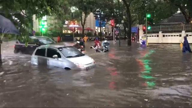 """Hà Nội mưa như trút, ô tô """"bơi"""" trong nước ở nhiều tuyến phố - 6"""