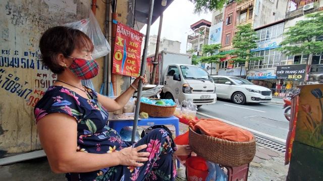 """Hà Nội: Những gánh hàng rong """"gồng mình"""" trong dịch Covid-19 - 3"""