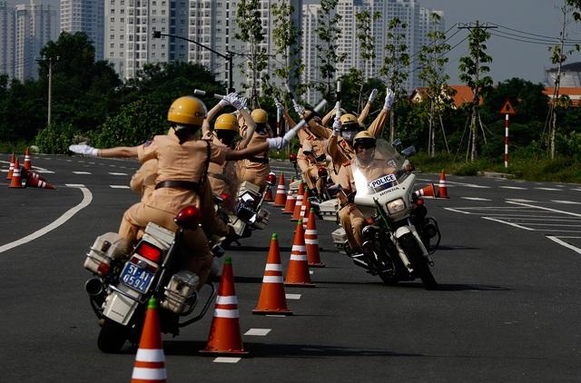 """Xem 58 nữ CSGT dẫn đoàn thực hiện kỹ năng """"đánh lái"""" mô tô - 10"""