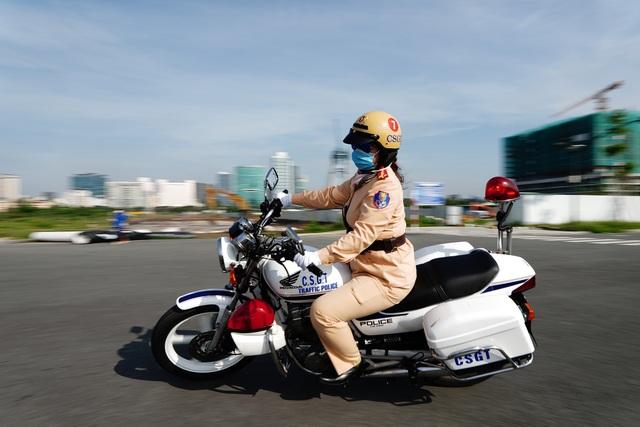 """Xem 58 nữ CSGT dẫn đoàn thực hiện kỹ năng """"đánh lái"""" mô tô - 12"""