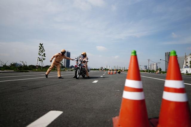 """Xem 58 nữ CSGT dẫn đoàn thực hiện kỹ năng """"đánh lái"""" mô tô - 14"""
