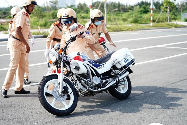 """Xem 58 nữ CSGT dẫn đoàn thực hiện kỹ năng """"đánh lái"""" mô tô - 15"""
