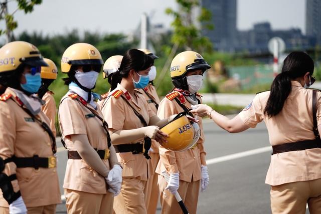 """Xem 58 nữ CSGT dẫn đoàn thực hiện kỹ năng """"đánh lái"""" mô tô - 3"""