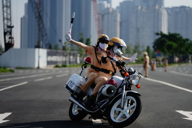 """Xem 58 nữ CSGT dẫn đoàn thực hiện kỹ năng """"đánh lái"""" mô tô - 6"""
