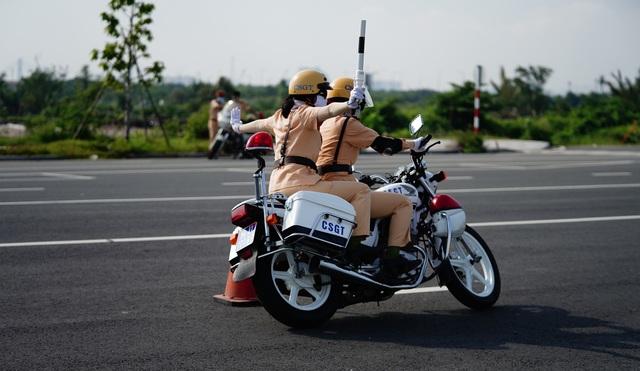 """Xem 58 nữ CSGT dẫn đoàn thực hiện kỹ năng """"đánh lái"""" mô tô - 7"""