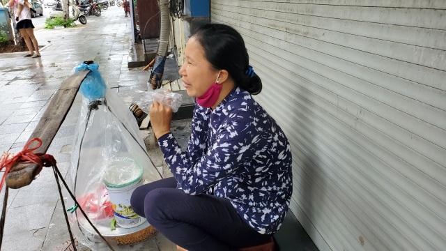 """Hà Nội: Những gánh hàng rong """"gồng mình"""" trong dịch Covid-19 - 1"""