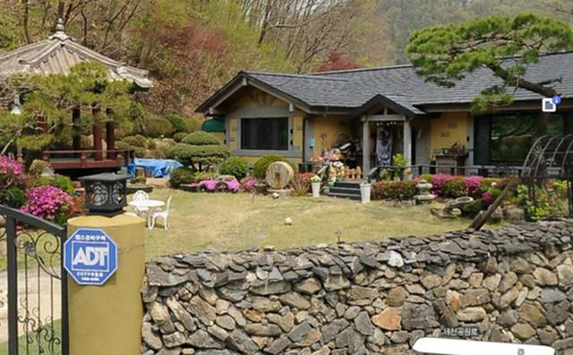 Hậu ly hôn: Song Hye Kyo sống an yên, gia đình Song Joong Ki lạnh nhạt - 4