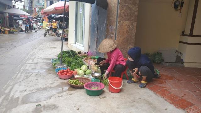 Dịch Covid-19: Công nhân giảm việc, tiểu thương ở chợ ế theo - 3