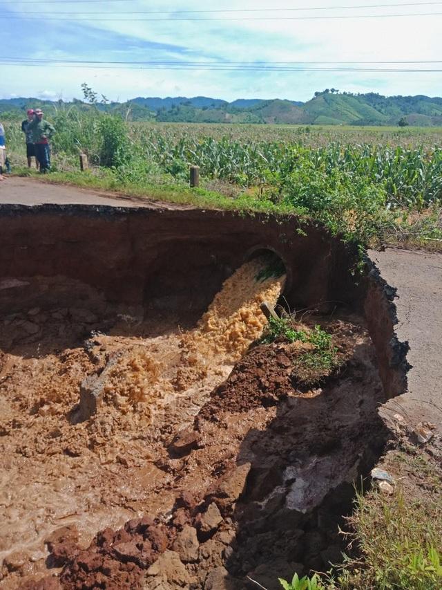Mưa lớn gây ngập lụt, sạt lở khiến hơn 500 hộ dân bị cô lập - 2