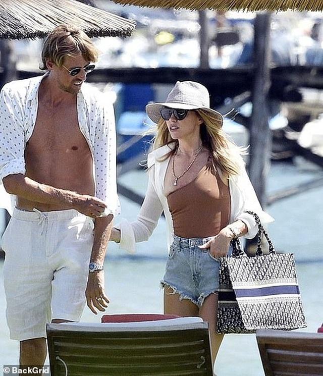 Abbey Clancy diện áo tắm quyến rũ trong kỳ nghỉ tại Italia - 4