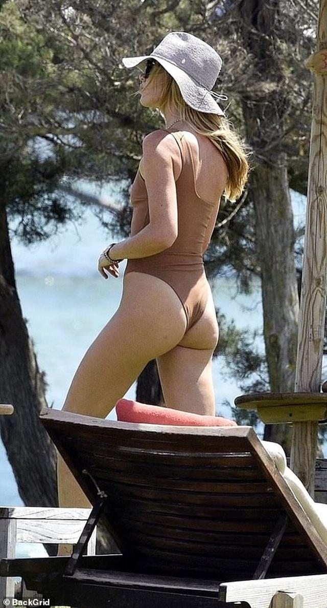 Abbey Clancy diện áo tắm quyến rũ trong kỳ nghỉ tại Italia - 5