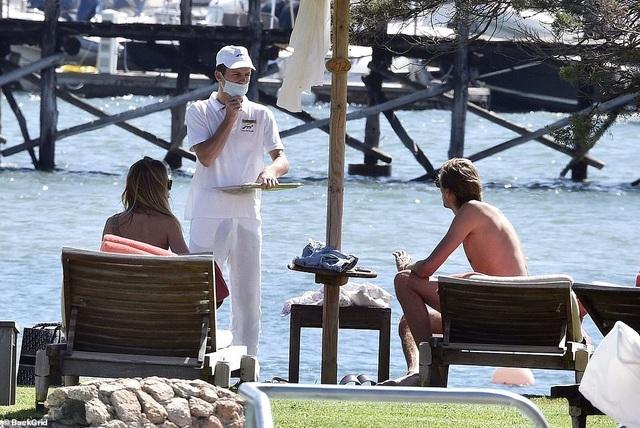 Abbey Clancy diện áo tắm quyến rũ trong kỳ nghỉ tại Italia - 9