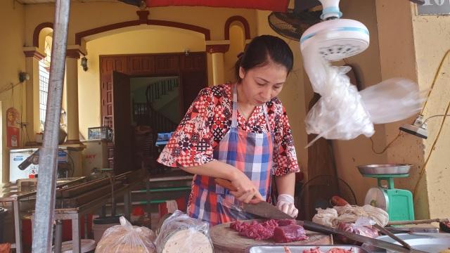 Dịch Covid-19: Công nhân giảm việc, tiểu thương ở chợ ế theo - 1