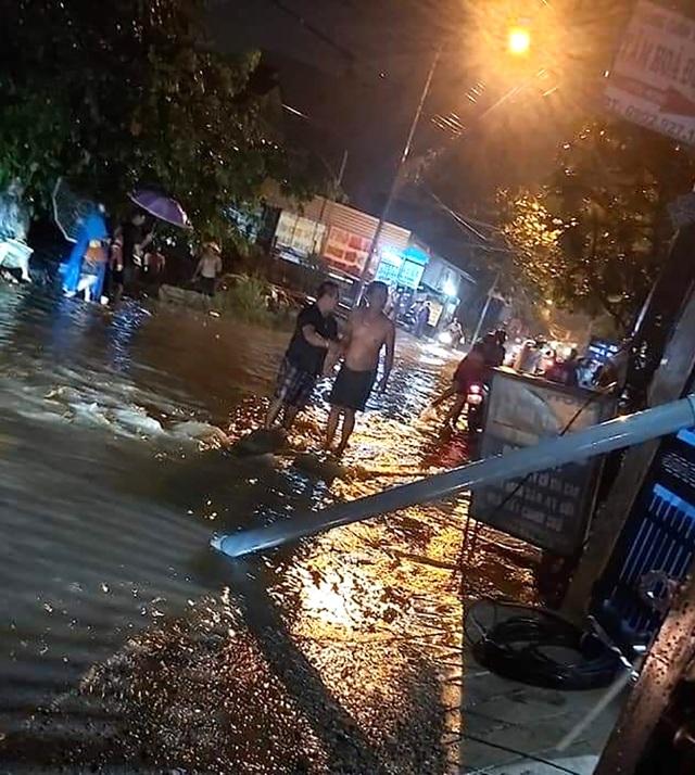Ngã xuống đường ngập nước, 3 người nghi bị điện giật thương vong - 1