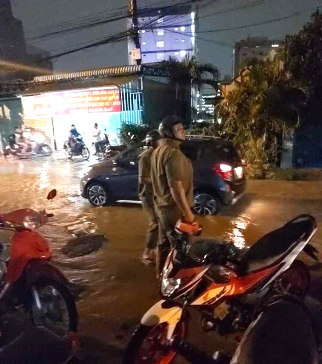 Ngã xuống đường ngập nước, 3 người nghi bị điện giật thương vong - 4