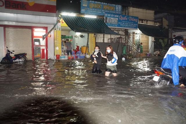 Sau cơn mưa như trút, phía đông Sài Gòn chìm trong biển nước - 2