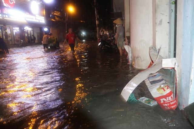 Sau cơn mưa như trút, phía đông Sài Gòn chìm trong biển nước - 3