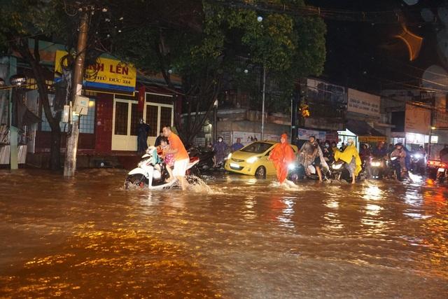 Sau cơn mưa như trút, phía đông Sài Gòn chìm trong biển nước - 4