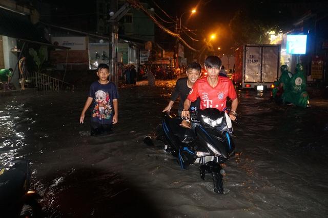Sau cơn mưa như trút, phía đông Sài Gòn chìm trong biển nước - 5